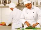 Senac Turismo e Hospitalidade oferece cursos que ensinam a preparar pães, saladas e lanches infantis