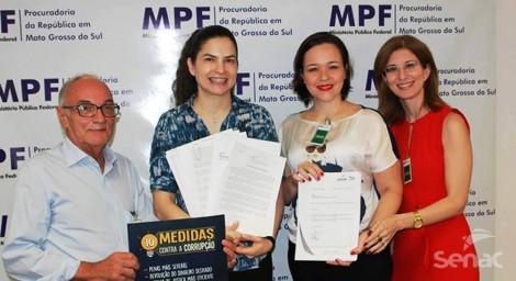 Entrega de assinaturas ao Ministério Público