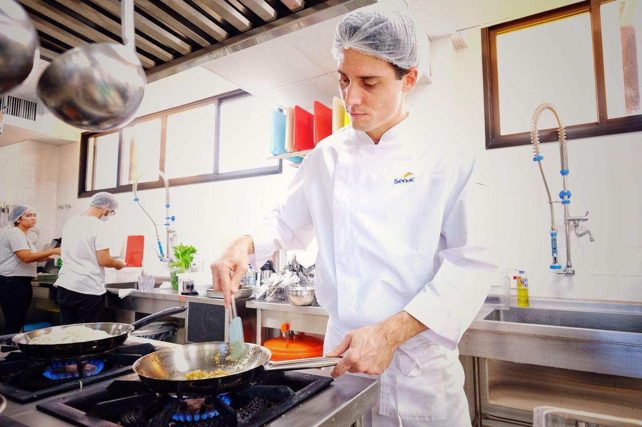 Desafios da culinária na prática motivam alunos do curso do Senac Gastronomia em MS
